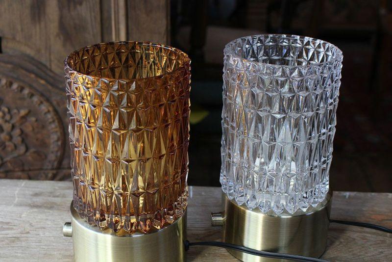 ガラスシェードの卓上ランプ