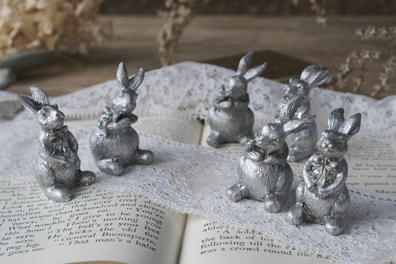 銀色のウサギのオブジェ
