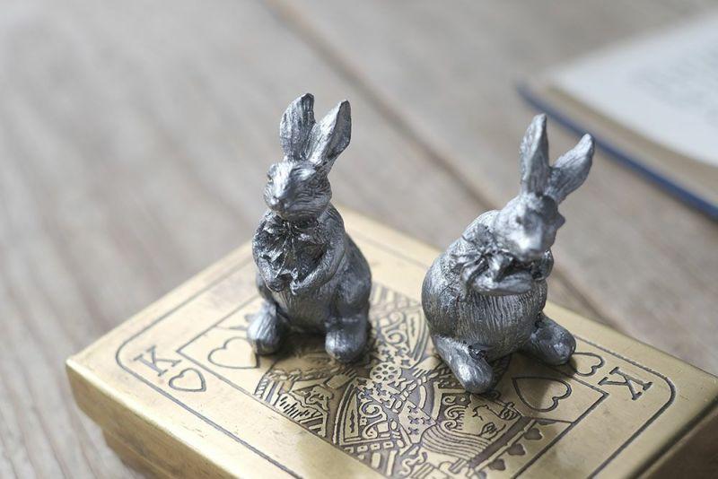 シルバーのウサギのオブジェ