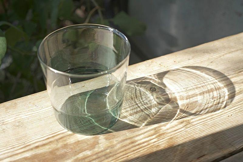 ブルーの綺麗なガラスコップ
