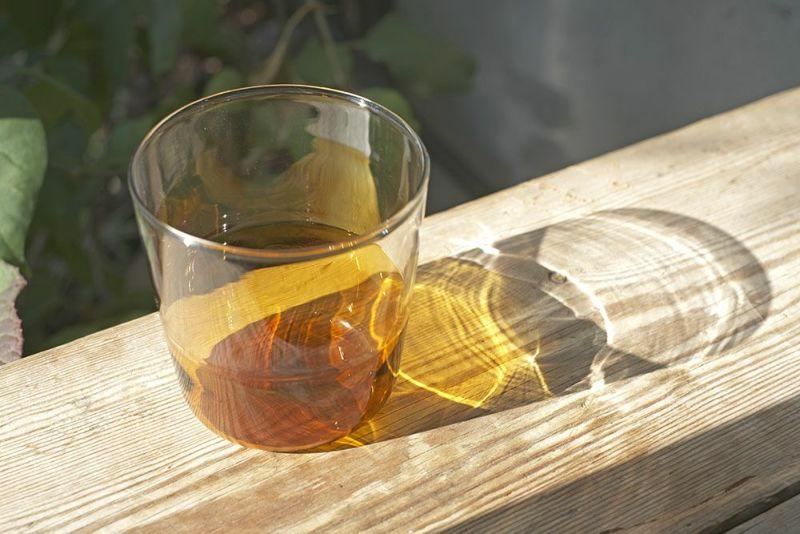 オレンジの美しいガラス製コップ