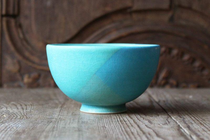 美しいブルーの笠間焼の茶碗