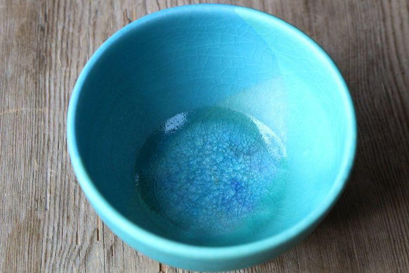 ガラス釉の美しい茶碗