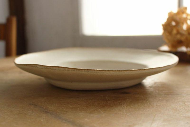 リムのついた大皿
