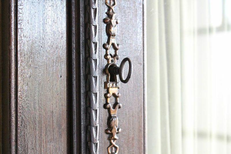 扉は鍵付き