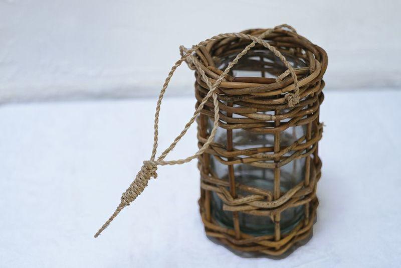 ラタンで編んだ花瓶
