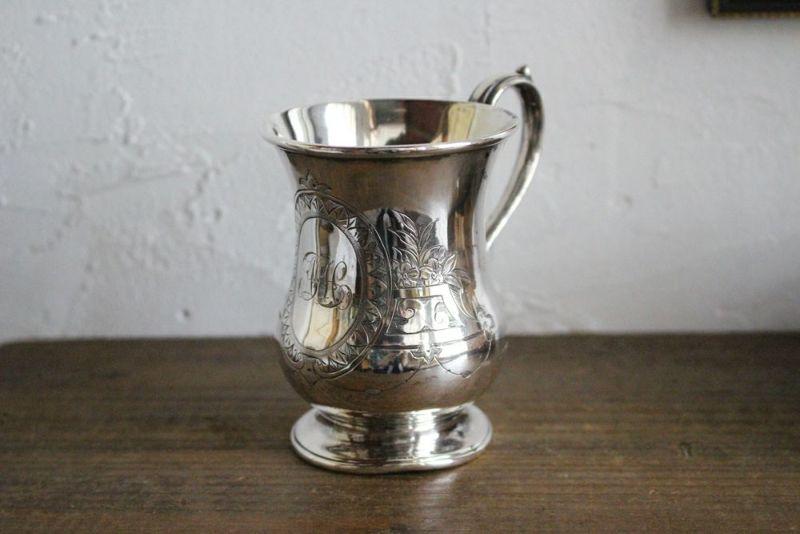 アンティークシルバーのマグカップ