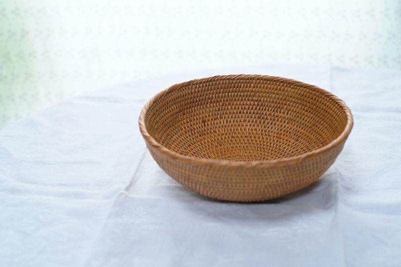 アタ製の手編みのかご