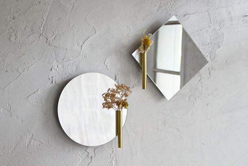 一輪挿しのついた壁掛けミラー