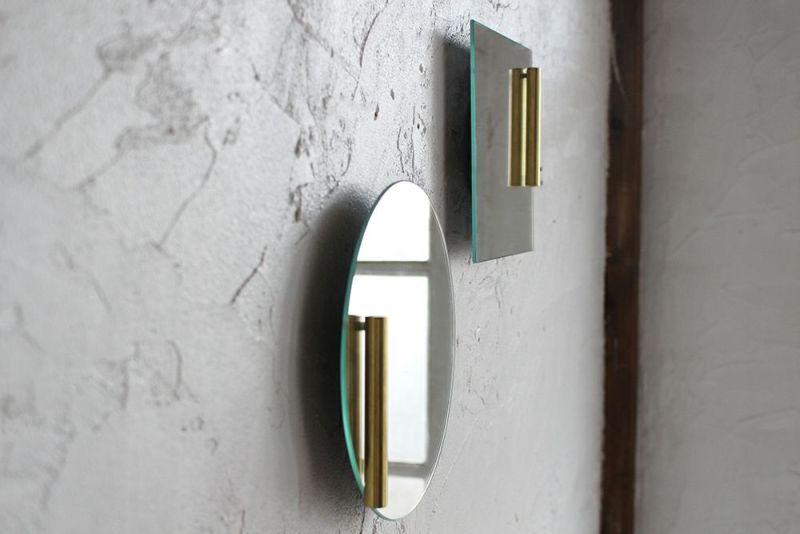 一輪挿しのついた壁掛け鏡