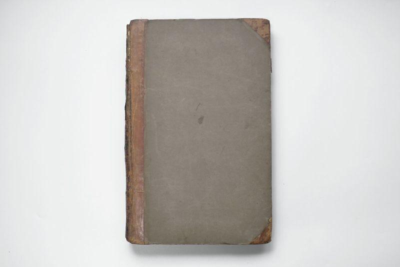 革製のハンドルで持ち上げられる大きな古書