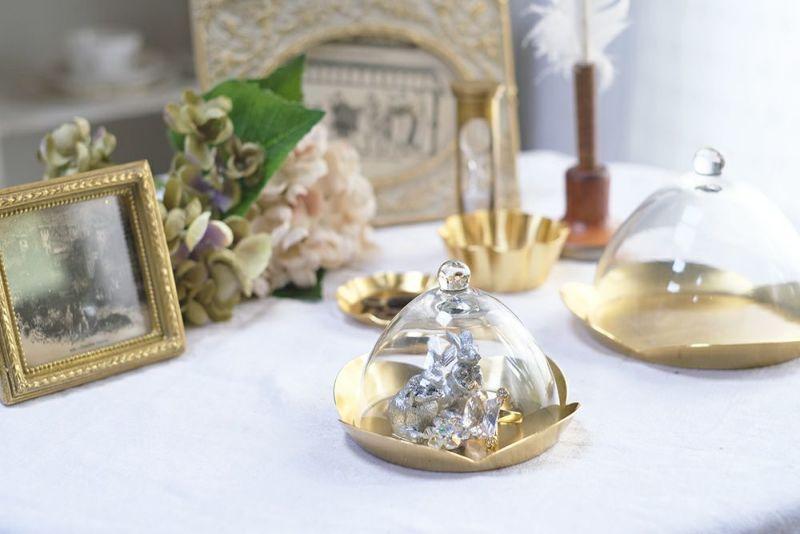 ゴールドのトレイのついたガラスドーム