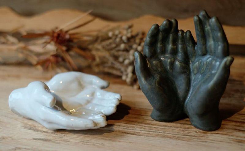 陶器製の子供の掌オブジェ
