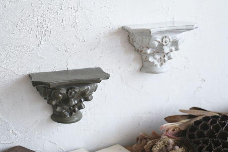 小さな陶器のウォールシェルフ