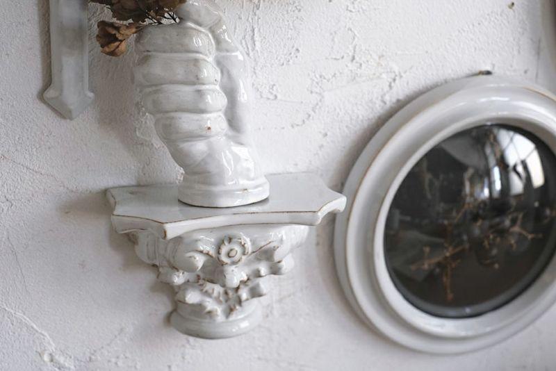 陶器製の小さなディスプレイシェルフ