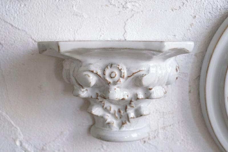 壁つけする陶器のディスプレイシェルフ