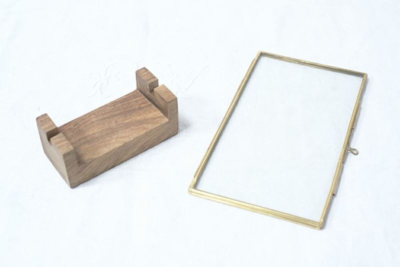 真鍮のフレームと木製写真立て