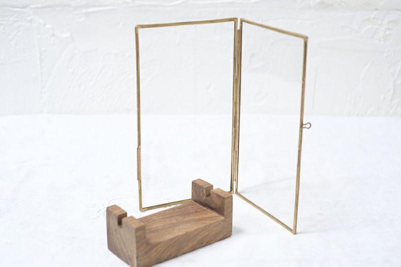 木製のスタンドがついた真鍮のフレーム