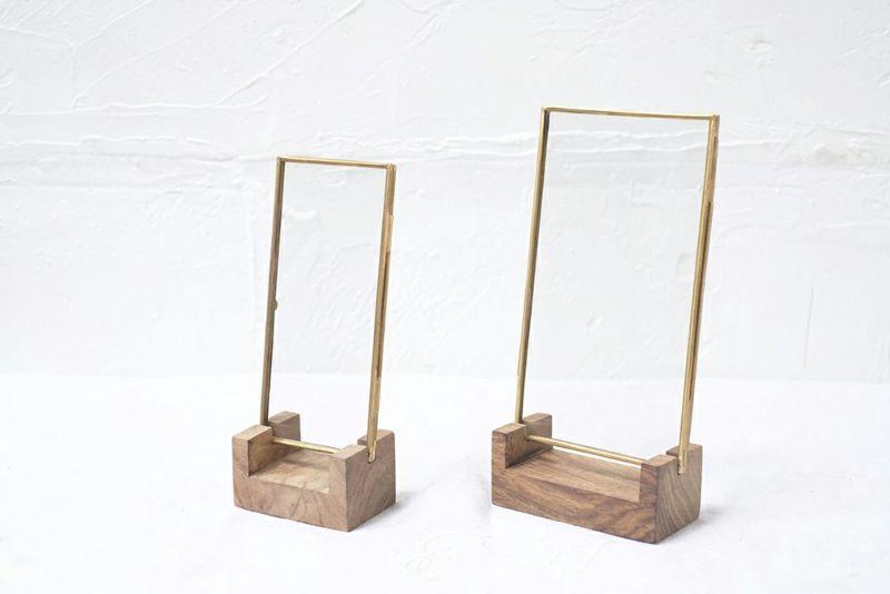 木製のスタンドとブラス製フレーム